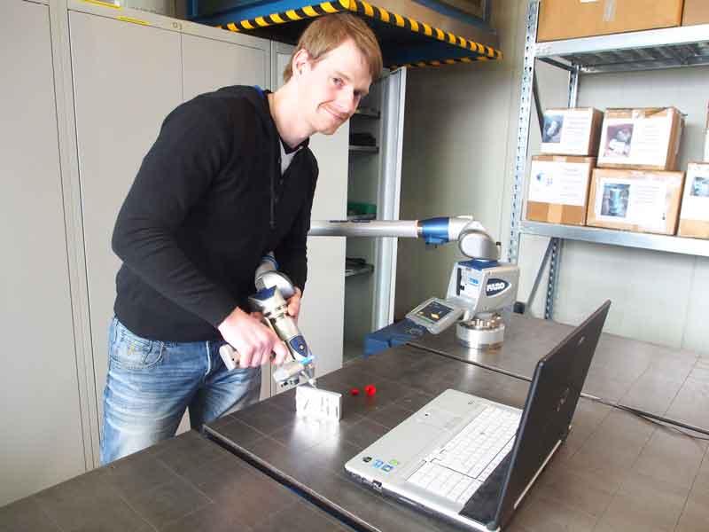 Der Mann für komplizierte Formen: Daniel Gaetcke demonstriert den Einsatz des 3-D-Scanners. Er verantwortet bei vdh auch die Qualitätssicherung und die Ausbildung mit derzeit zehn Azubis aus den Berufen Zerspanungsmechaniker, Industriemechaniker und Mechatroniker. Sein Kollege Marc Lichtmess kümmert sich zudem um die Vor- und Nachbereitung der Berufsschulthemen und die Prüfungsvorbereitung.