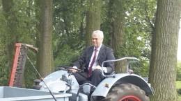 Senator-beim-Treckerfahren
