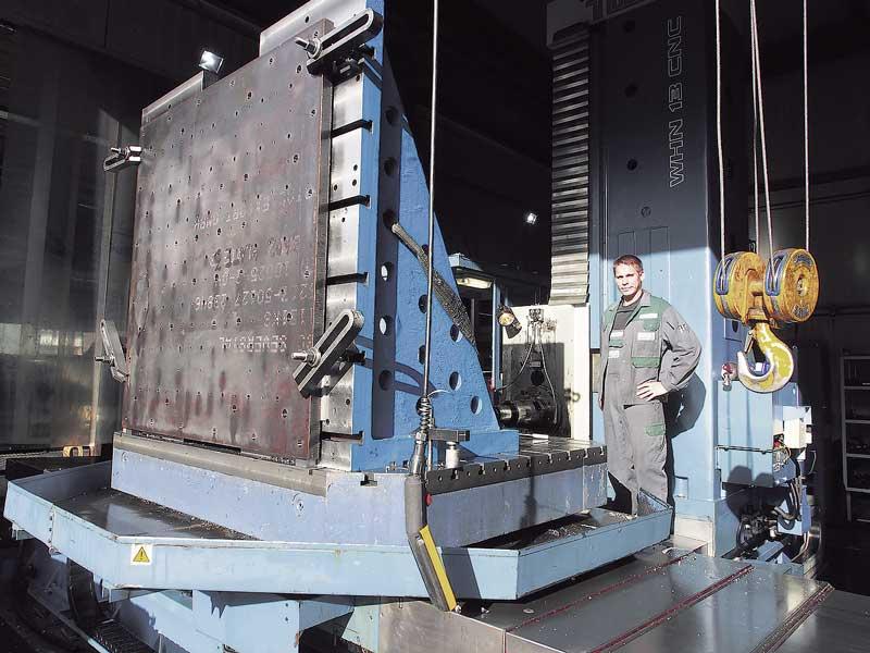 Auf dem Bohrwerk können bis zu zwölf Tonnen schwere Werkstücke mit den Abmaßen von etwa zwei mal dreieinhalb Meter bearbeitet werden. Hier hat Daniel von Holten eine schwere Montageplatte aus Stahl eingespannt, die mit zahlreichen Bohrungen und Passungen versehen werden muss.