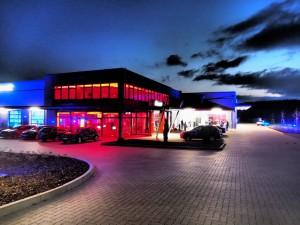 Rot-blau - das sind die Farben, mit denen die Buchholzer Lackiererei Grundt ihre Gäste begrüßte. Fotos: Wolfgang Becker