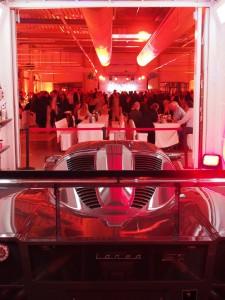 """Was für eine Deko: Ein mehr als 1000 PS starker Rennwagen steht als Eyecatcher in der Spitzkabine. Dahinter: der volle """"Festsaal""""."""