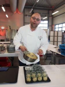 """Spitzenkoch Frank Wiechern vom """"Leuchtturm"""" in Harburg verwöhnte die Gäste mit zartem Kalbsbraten, Zanderfilet und allerlei Raffinesse aus der gehobenen Küche."""