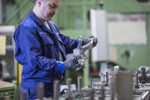 Das Foto zeigt einen Mitarbeiter aus der Achsschenkel-Produktion im Harburger Mercedes-Benz-Werk.