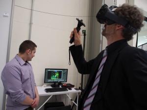 Ausflug in die Virtual Reality: Sönke Giese, Objektleiter Anzeigen beim Medienpartner Business & People, probierte die neue Technologie aus - und ist begeistert. Foto: Wolfgang Becker