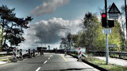 Die Zeichen stehen auf Rot: Ab 1. Oktober 2016 ist die marode Decatur-Brücke in Seevetal komplett gesperrt. Sogar für Fahrradfahrer und Fußgänger . . . Foto: Wolfgang Becker