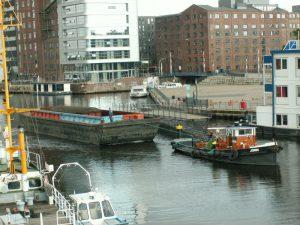 Die Bahn auf dem Wasserweg: Hier wird der Waggon in einer Schute durch den Binnenhafen transportiert. Foto: Christian Lührs