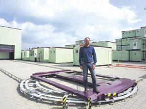 Stephan Lux ist Technischer Leiter bei AMTRA in Dernbach. Er entwickelt unter anderem Container-Konzepte und leitet auch den technischen Einkauf. Hier steht er auf einem AMTRA-Drehkreuz für Container. Die werden hier gedreht und zur Aufbereitung in die Halle gerollt.