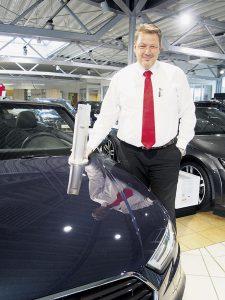 """Stephan Balzer (48) präsentiert die begehrte Auszeichnung """"Audi Top Service Partner 2016"""". Er ist """"Handwerker durch und durch"""", seit 1987 bei Kuhn+Witte, seit 1999 Abteilungsleiter und darüber hinaus im Gesellenprüfungsausschuss der Kfz-Innung vertreten. Foto: Wolfgang Becker"""