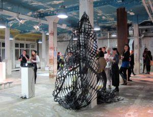 So wird aus Schrott ganz schnell Kunst - präsentiert bei der Eröffnung des neuen Standortes in Harburg.