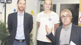 Marketingleiter Thorsten Sundermann (links), Spielerin Jessica Oldenburg und Geschäftsführer Michael Schmidt hoffen auf weitere Unterstützung aus der Wirtschaft im Hamburger Süden.