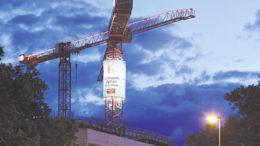 Eine echte Innovation: der Baukran aus Werbeträger. Diese Simulation unten zeigt einen Mobilkran, der auf fast 23 Metern Höhe ein zylindrisches Banner trägt. Diese Version wird derzeit von European Crane Media entwickelt.
