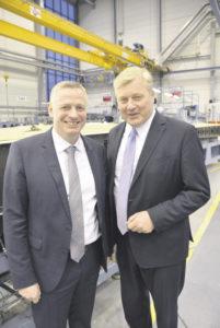 Gastgeber und Gast: Airbus-Werksleiter Kai Arndt (links) begrüßte in Stade Niedersachsens Wirtschaftsminister und Vize-Ministerpräsidenten Bernd Althusmann. Foto: Wolfgang Stephan