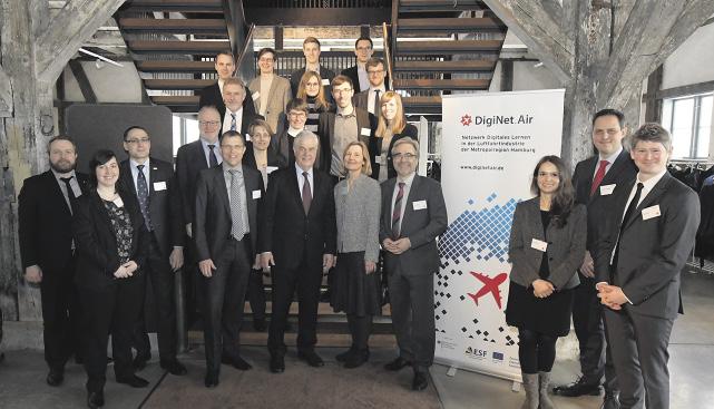 Hamburgs Wirtschaftssenator Frank Horch (Mitte)gab im Kreise der Akteure und Unterstützer im Harburger Kulturspeicher den Startschuss für das Netzwerk DigiNet.Air.