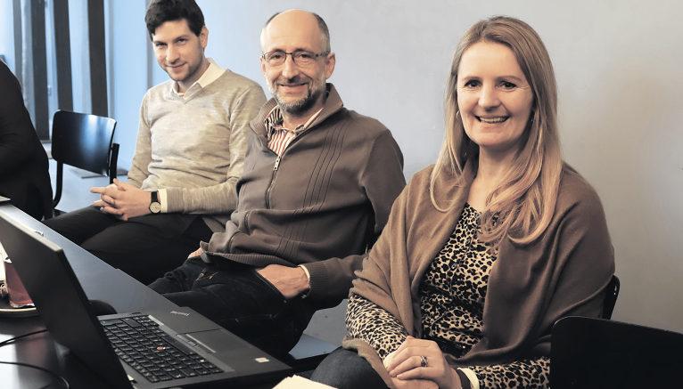 """Drei Teilnehmer des digitalen """"Überlebenstrainings"""": Doris Mailänder ist Geschäftsführerin einer Personalberatung, René Rade (Mitte) ist Luftfahrtingenieur, Sascha Heller arbeitet für eine Rating-Agentur. Fotos: Martina Berliner"""