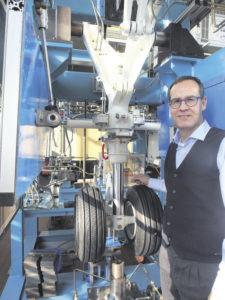 Professor Frank Thielecke an einem Versuchsstand: Hier wird am Originalobjekt geforscht und die technische Umsetzbarkeit von neuen Ideen wie beispielweise einer neuen Fahrwerksbetätigung mit elektro-hydraulischen Aktuatoren bewertet. Foto: Wolfgang Becker
