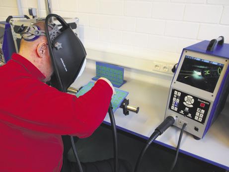 Thomas Malicki demonstriert den Übungseinsatz am virtuellen Arbeitsplatz. Die Anzeige auf dem Display am Rechner sieht er auch im Helm.