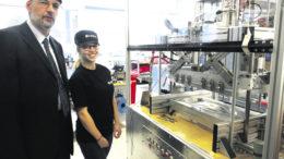 Das sieht schon deutlich komplizierter aus als das reine Paddel: Professor Wilm F. Unckenbold und Studentin Nicola Ehlers vor der Injektionsanlage im Airbus-Ausbildungszentrum. Fotos: Wolfgang Becker