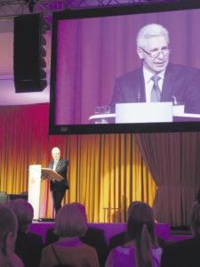 """Landrat Rainer Rempe ist zugleich auch Aufsichtsratsvorsitzender der Sparkasse Harburg-Buxtehude. Er würdigte die """"großen Verdienste"""" von Heinz Lüers."""