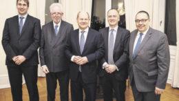 Die Gründung der neuen Digitalisierungs-Allianz The Interface Society initiierten (von links) Prof. Dr. Thilo Böhmann, Dr. Sebastian Saxe, Olaf Scholz sowie Prof. Dr. Michael Dowling und Prof. Dr. Helmut Krcmar vom Münchner Kreis.