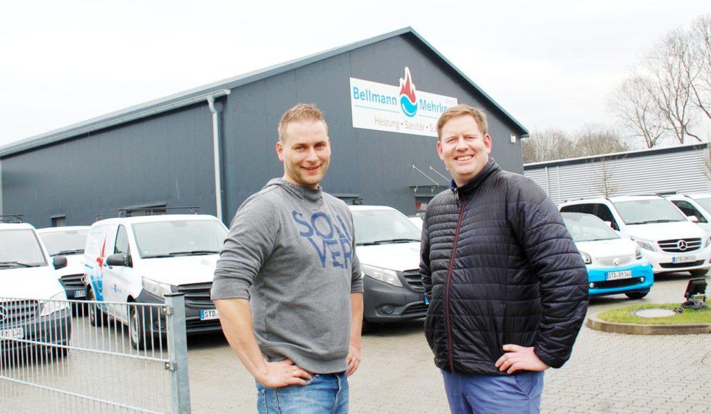 """Stephan Mehrkens (links) und Dennie Bellmann haben für ihren Buxtehuder Heizungs- und Sanitärbetrieb Bellmann & Mehrkens eine ganze Flotte an """"Junge Sterne""""-Fahrzeuge."""
