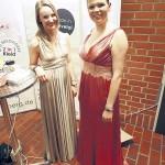 Preisträgerin Ramona Bellmann (rechts) mit ihrer ebenfalls ausgezeichneten ehemaligen Auszubildenden Stefanie Lubetzky.