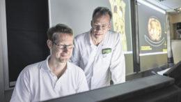 Dr. Sven Laabs (rechts), Chefarzt der Urologie im Elbe Klinikum Stade, leitet auch das Prostatazentrum Elbe-Weser. Das Foto zeigt ihn mit Dr. Erik Hars, Radiologe im MVZ Klinik Dr. Hancken im Elbe Klinikum Stade.