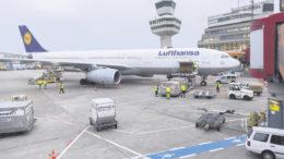 Lufthansa setzt den Airbus A330-300 ein, um die gestrichenen Air-Berlin-Flüge von Berlin nach New York zu ersetzen. Auf Dauer soll jedoch die Billigflug-Tochter Eurowings diese Flüge übernehmen. Foto: Günter Wicker / Flughafen Berlin Brandenburg