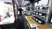 """Die """"Mobile Fabrik"""" des Kompetenzzentrums 4.0 tourt als Road-Show durch Niedersachsen. Hier können Besucher einen Eindruck von den Möglichkeiten der digitalisierten Fertigung erhalten."""