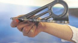 """Diese aus Titan gedruckte Halterung wurde auf dem Hamburg Innovation Summit 2015 als """"erstes fliegendes Teil aus der 3D-Fertigung"""" präsentiert. Es stammt aus dem Kabinenbereich der A350. Foto: Wolfgang Becker"""
