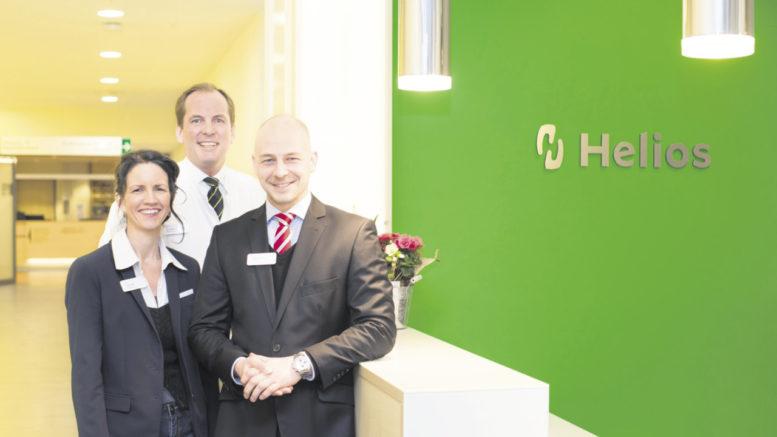 Klinikgeschäftsführer Phillip Fröschle (rechts) mit seinem Leitungsteam: Pflegedirektorin Antje Weiß und Dr. med. Christopher Wenck, Ärztlicher Direktor.