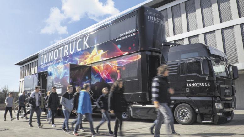 So sieht er aus: Der InnoTruck ist nicht nur riesig, sondern auf zwei Stockwerken prall gefüllt mit Innovationen und Exponaten.