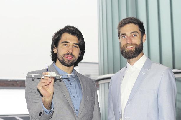 Flugilo sucht Investor: Die Amerikaner Alexander Kasinec und Andrew Moakes studieren am NIT und an der TU Hamburg. Jetzt entwickeln sie eine Einparkhilfe für Flugzeuge. Foto: Alina Gruhn