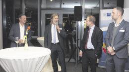 Kurze Vorstellungsrunde: Arnold G. Mergell (von links), Vorsitzender des Wirtschaftsvereins, der kommissarische Bezirksamtsleiter Dierk Trispel, Handelskammer-Präses Tobias Bergmann und hit-Technopark-Geschäftsführer Christoph Birkel im Gespräch.