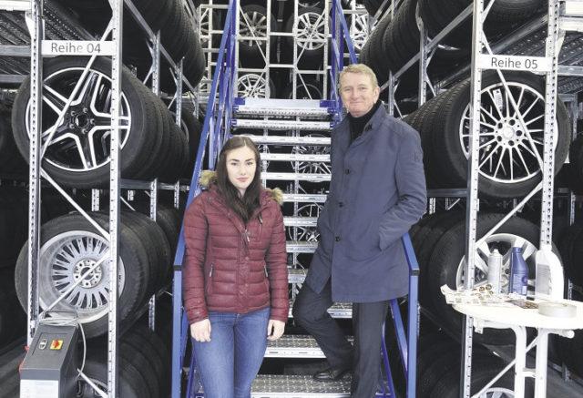 Tesmer-Geschäftsführer Klaus-Günther Mohrmann führt Praktikantin Theresa Wanner durch den Buxtehuder Betrieb. Auch die neue Reifenhalle wird vorgestellt.