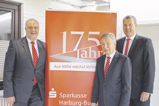 Blicken zuversichtlich in die Zukunft: die Vorstände der Sparkasse Harburg-Buxtehude Heinz Lüers (Mitte) und Andreas Sommer (rechts) sowie Stellvertreter Gerhard Oestreich.