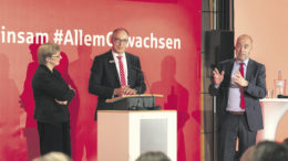 Thomas Piehl im Gespräch mit den beiden Referenten: Superintendentin Christine Schmid und Marktforscher Karsten John.