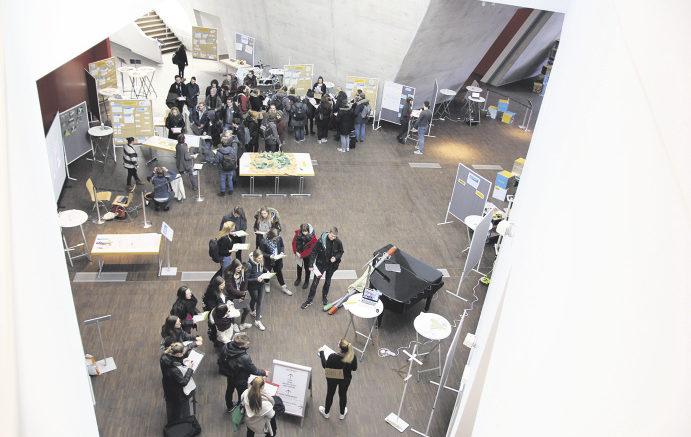 """Fragen an die Zukunft: Besucher beim """"Zukunftsstadt-Tag"""" in der Leuphana Universität in Lüneburg."""