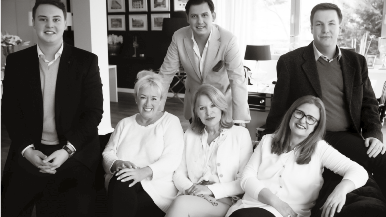 Sie freuen sich am neuen Standort in Fleestedt auf Immobilien- Kunden: Hendrik Ritzkowsky (von links), Karen Ulrich, Hilke-Christine Witt, Sabine Schulz, Timur Tüfekciler und Florian Watermann. Foto: Stephanie Schierenbeck