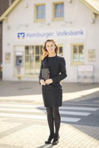 Das Gesicht der Hamburger Volksbank in Finkenwerder: Alexandra Bruhns ist die persönliche Repräsentantin vor Ort. Statt einer Filiale gibt es jetzt ein Büro – das Finanz- Haus – und Hausbesuche. Foto: HamVoBa / Oliver Nimz