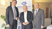 Analyse und Anekdoten: Bernhard Borgardt (Mitte), Vorstandsvorsitzender des AGV, und Hauptgeschäftsführer Thomas Falk (rechts) mit Dr. Wolfram Weimer.