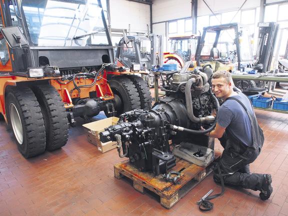 Acht Tonnen kann dieses Modell heben, das in der Werkstatt von Mechatroniker Justin Ernst gewartet wir Foto: Wolfgang Becker