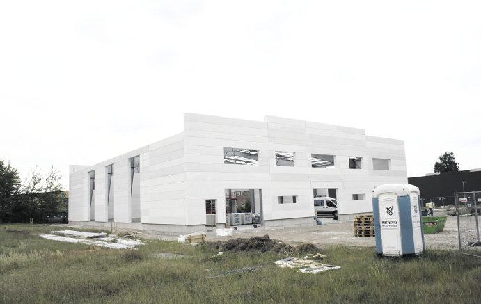Noch im Bau: Die Stahlkonstruktion mit Porenbetonwänden entsteht zurzeit in Hannover. Foto: Wolfgang Becker