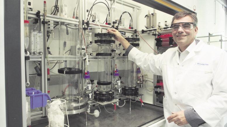 In seinem Labor experimentieren Prof. Dr. Andreas Liese und sein Team im kleinen Maßstab. In der Industrie fi ndet die Biokatalyse dann in großem Stil statt. Foto: Wolfgang Becker