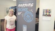 """Sie hatte die zündende Idee: Harburger Citymanagerin Melanie-Gitte Lansmann hat den Slogan """"Harburg – Home of . . ."""" erfunden – in diesem Fall weist er auf die Technische Universität Hamburg, die den Zusatz Harburg mit Blick auf die internationale Reichweite abgelegt hat. Foto: Wolfgang Becker"""