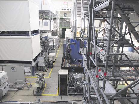 Die Halle im Technikum erstreckt sich über drei Stockwerke – hier werden industrielle Produktionsprozesse in einem Maßstab erforscht, der später nur noch hochskaliert werden muss. Foto: Wolfgang Becker