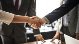 Handschlag bei einer Tagung, einer Konferenz oder einem Kongress