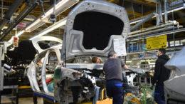 Mitarbeiter von Mercedes-Benz arbeiten im Bremer Werk an einem C-Klasse Modell