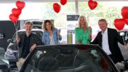 Freuen sich schon mächtig darauf, am 26. Oktober bei der Flirt-Party im Buxtehuder Autohaus Tesmer die Herzen zahlreicher Singles in Fahrt zu bringen (von links): Sönke Giese (TAGEBLATT), Lilia Kremer sowie Manuela und Klaus Mohrmann (alle Autohaus Tesmer). Foto: Buchholz