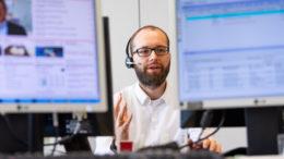Auch in diesen Tagen alle Hände voll zu tun: Bei Haspa-Firmenkundenberater Christian Kirschte steht das Telefon selten still. Foto: Romanus Fuhrmann